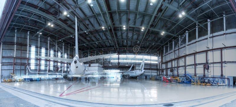Aeroplanos del pasajero bajo mantenimiento Comprobación de los sistemas mecánicos para saber si hay operaciones del vuelo Panoram foto de archivo libre de regalías