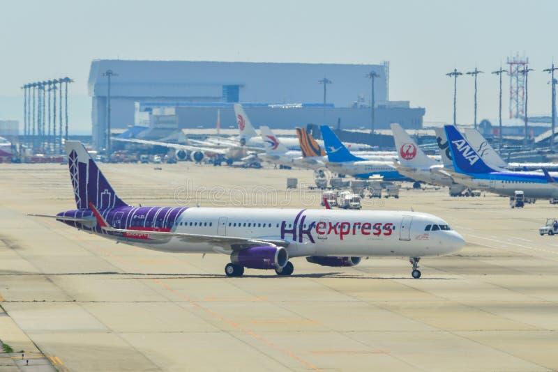 Aeroplanos del pasajero que llevan en taxi en pista foto de archivo libre de regalías