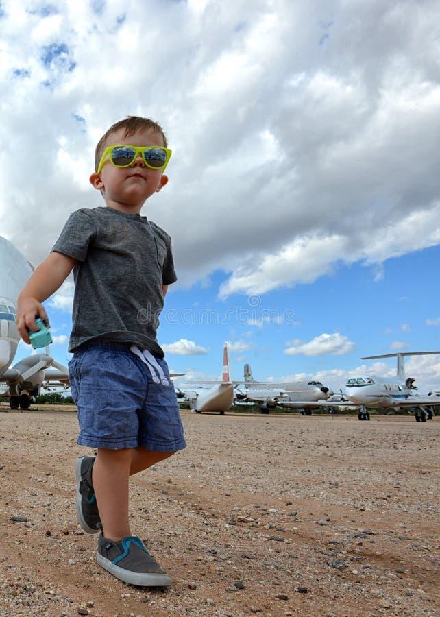 Aeroplanos emocionados del niño en el fondo imágenes de archivo libres de regalías