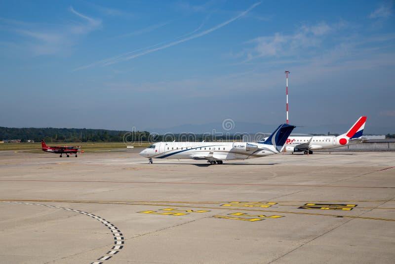 Aeroplanos en el aeropuerto de Basilea, Switzlerland fotos de archivo