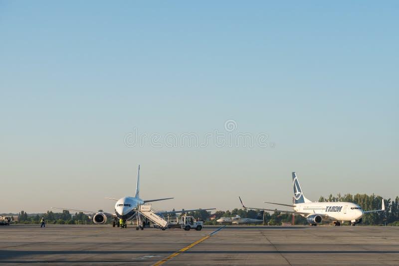 Aeroplanos en el aeropuerto internacional de Bucarest Henri Coanda (Otopeni) foto de archivo