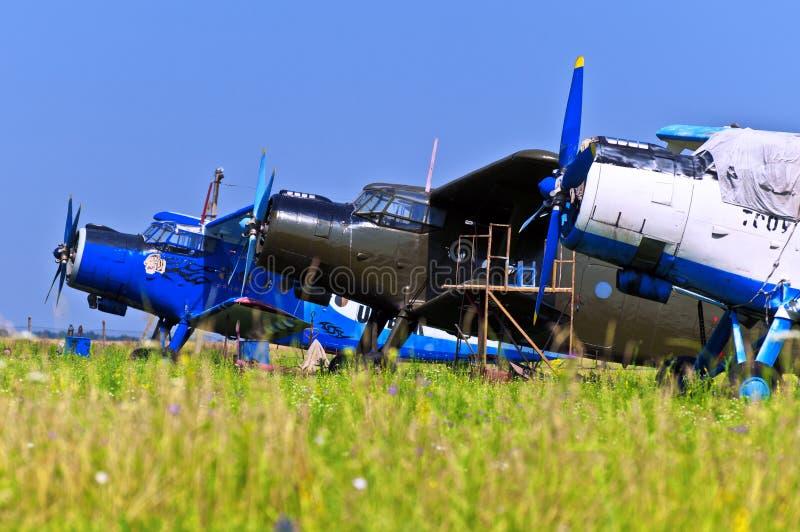 Aeroplanos en el campo imagenes de archivo
