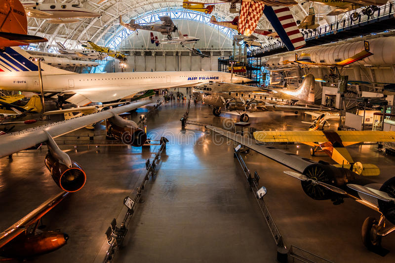 Aeroplanos en el centro Udvar-nebuloso del aire y del museo espacial, en Chan fotografía de archivo