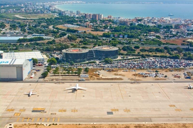 Aeroplanos minúsculos parqueados y opinión del estacionamiento del tiempo largo del coche foto de archivo libre de regalías