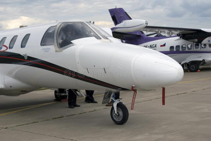 Aeroplanos privados de la clase de negocios en el salón aeroespacial internacional MAKS-2017 de MAKS foto de archivo