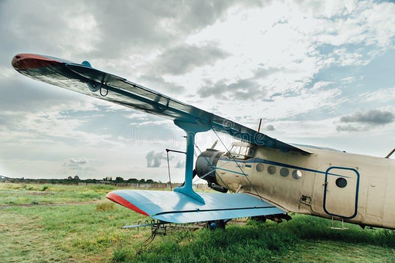 Aeroplanos que se colocan en hierba verde Ucrania, 2016 foto de archivo