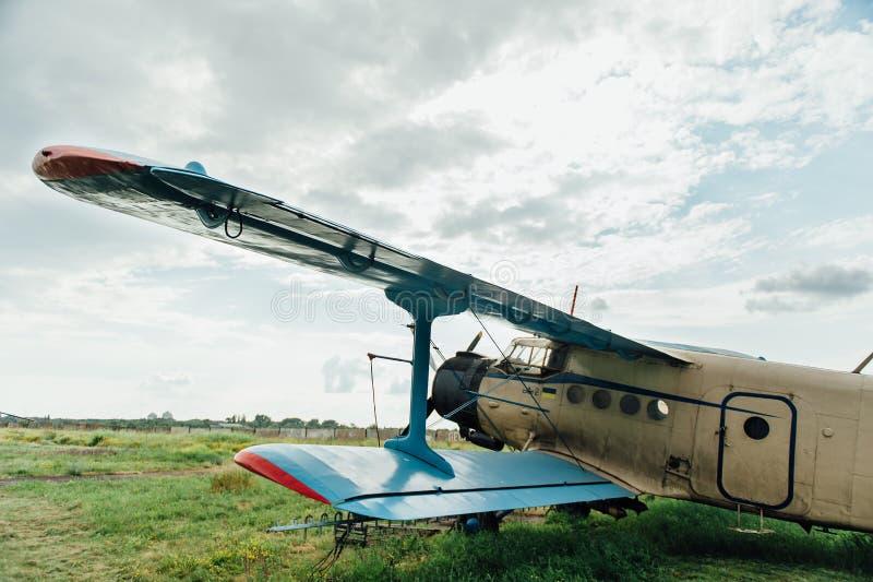 Aeroplanos que se colocan en hierba verde Ucrania, 2016 fotos de archivo