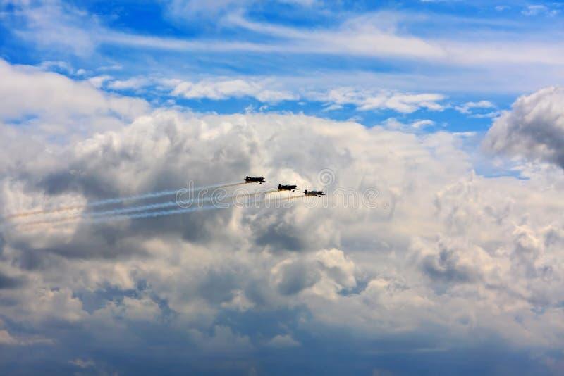 Aeroplanos que vuelan en la formación   imagenes de archivo