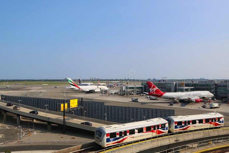 Aeroporto AirTrain na parte dianteira do terminal 4 imagem de stock