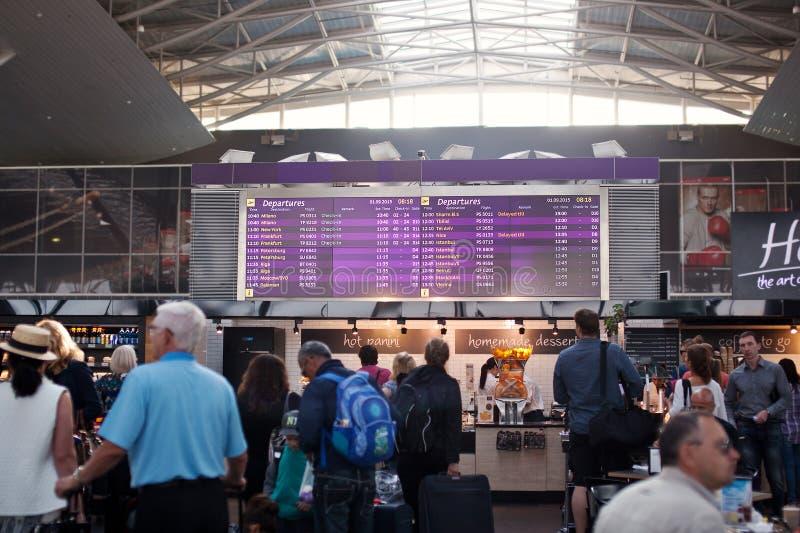 AEROPORTO BORYSPIL, UCRÂNIA - 1º de setembro de 2015: Placar da informação no aeroporto de Boryspil ucrânia imagens de stock
