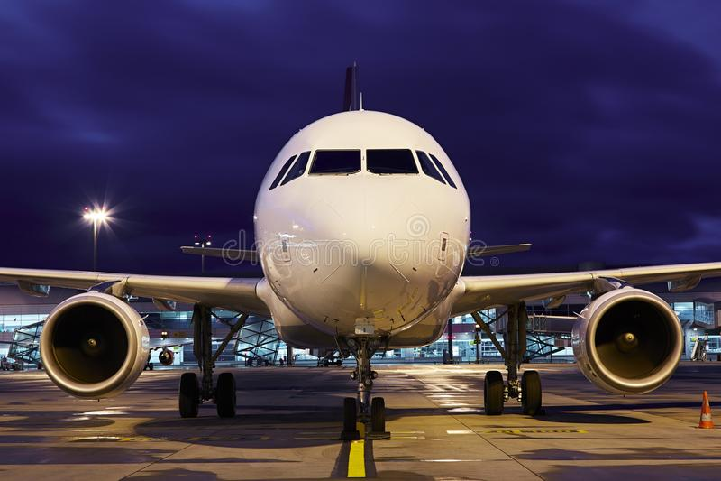 Aeroporto da noite fotos de stock royalty free