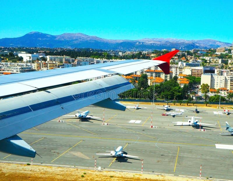 Aeroporto da vista aérea agradável do plano, Riviera francês, Cote d'Azur, França fotos de stock