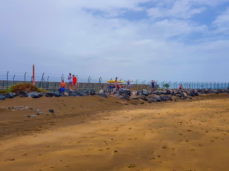 Aeroporto de Arrecife na ilha de Lanzarote, Ilhas Can?rias Imagem da Espanha do mar, da praia e do painel das luzes da indica??o imagens de stock royalty free