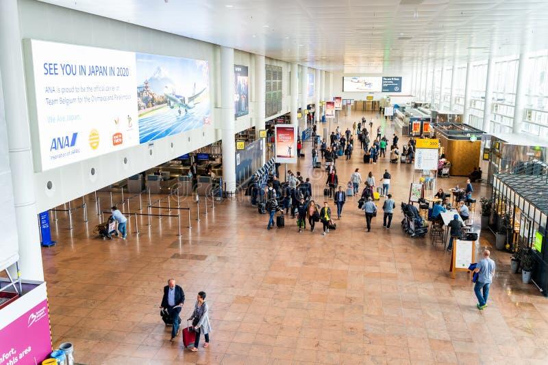 Aeroporto de Bruxelas, B?lgica, em maio de 2019 Bruxelas, pessoa que verifica dentro para ver se h? seus voos fotos de stock royalty free