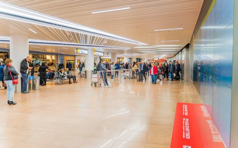 Aeroporto de Bruxelas, Bélgica, em março de 2019 Bruxelas, área da chegada fotos de stock