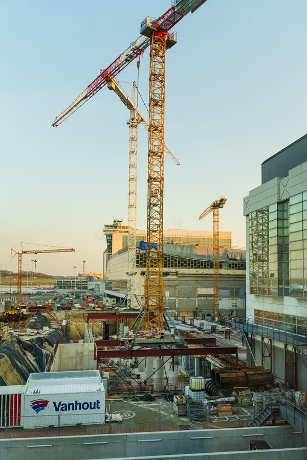 Aeroporto de Bruxelas, Bélgica, em março de 2019 Bruxelas, área da construção para a extensão do aeroporto foto de stock