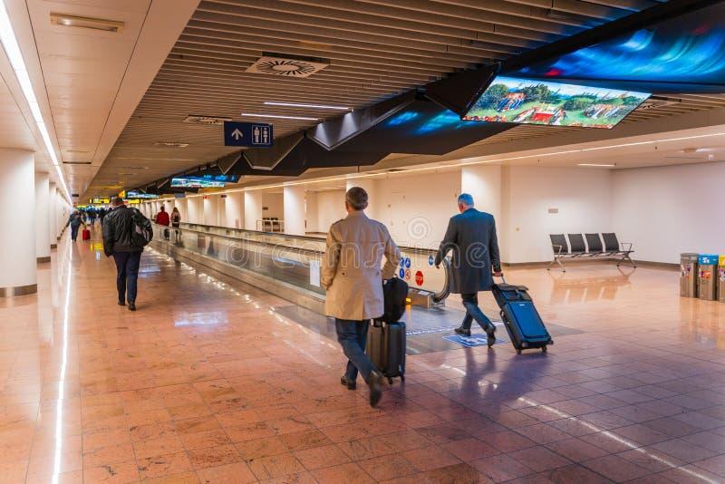 Aeroporto de Bruxelas, Bélgica, em março de 2019 Bruxelas, pessoa no corredor longo na área da chegada imagem de stock