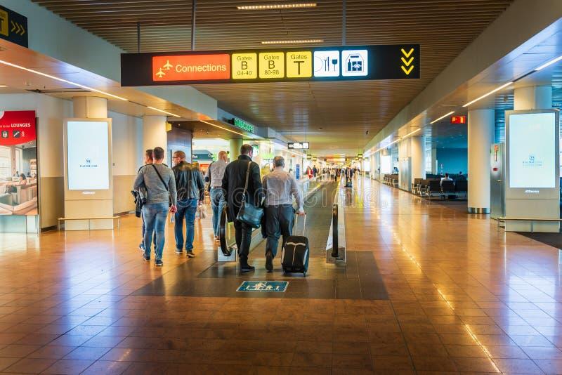 Aeroporto de Bruxelas, Bélgica, em março de 2019 Bruxelas, pessoa que apressa-se para seus voos imagem de stock