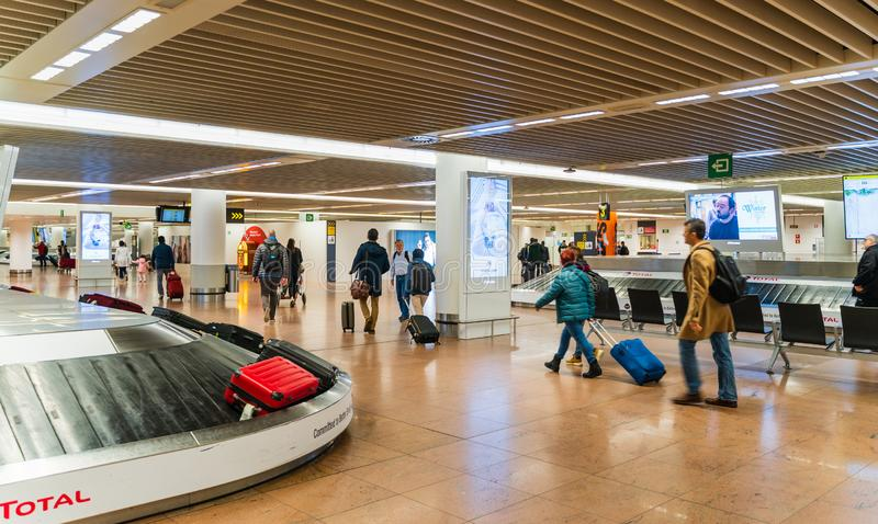 Aeroporto de Bruxelas, Bélgica, em março de 2019 Bruxelas, ponto de recolhimento da bagagem na área da chegada imagem de stock