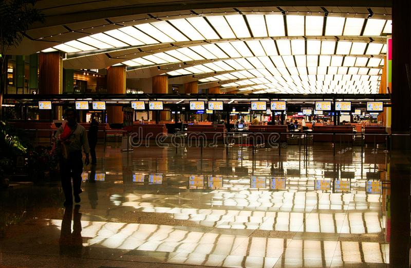 AEROPORTO DE CHANGI, SINGAPURA - 24 DE MARÇO 2008: Vista dentro do terminal da partida imagens de stock