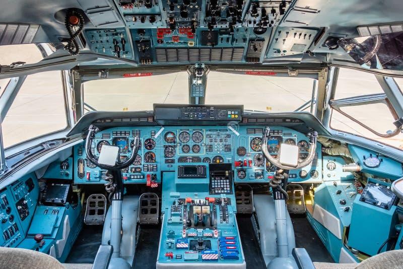 Aeroporto de Chkalovski, região de Moscou, Rússia - 12 de agosto de 2018: Vista geral na cabina do piloto de piloto de aviões mil foto de stock