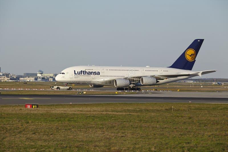 Aeroporto de Francoforte - Airbus A380-800 de Lufthansa decola fotografia de stock