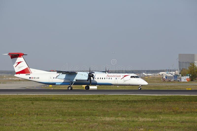 Aeroporto de Francoforte - o traço 8 do bombardeiro de Austrian Airlines decola imagens de stock