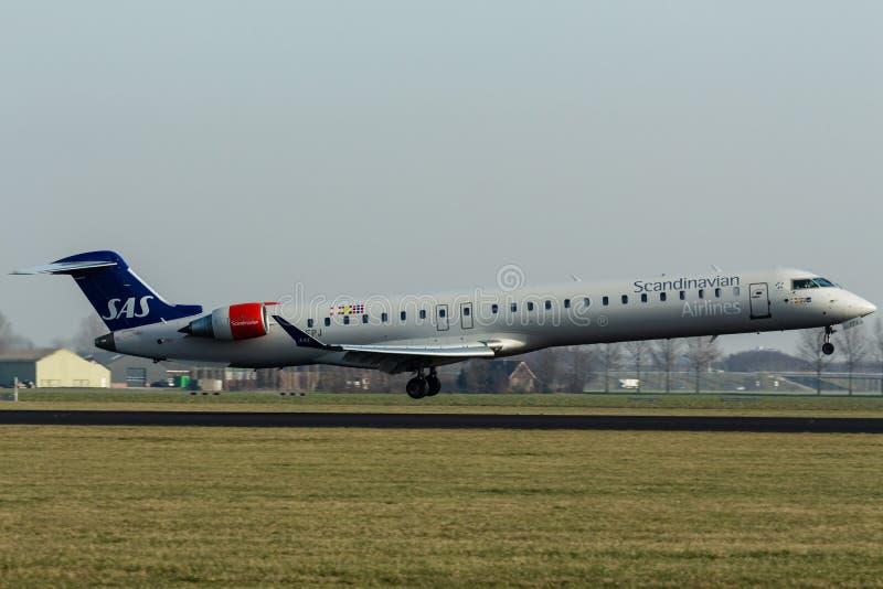 Aeroporto de Schiphol, Holanda norte/Países Baixos - 16 de fevereiro de 2019: Bombardeiro CRJ-900 EI-FPJ do SAS Scandinavian Airl fotografia de stock