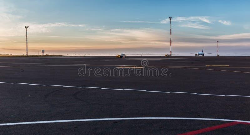 Aeroporto de Vilnius no alvorecer fotos de stock royalty free
