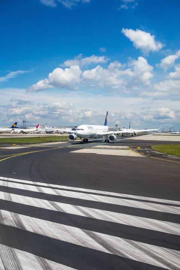 Aeroporto di Francoforte - aeroplani di Lufthansa sulla pista fotografia stock libera da diritti