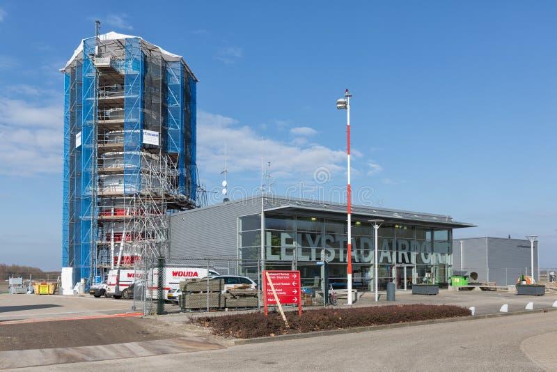 Aeroporto di Lelystad della torre di controllo in costruzione fotografie stock