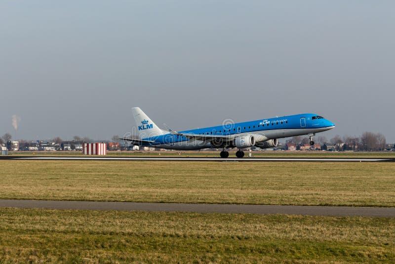 Aeroporto di Schiphol, l'Olanda Settentrionale/Paesi Bassi - 16 febbraio 2019: KLM Cityhopper Embraer ERJ-190 PH-EZC immagini stock