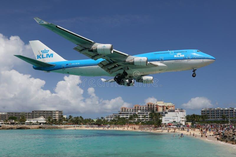 Aeroporto di St Martin di atterraggio di aeroplano di KLM Boeing 747-400 fotografie stock libere da diritti