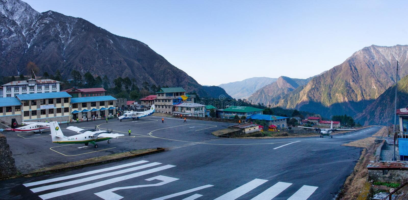 Aeroporto di Tenzing-Hillary in Lukla, Nepal. fotografia stock libera da diritti
