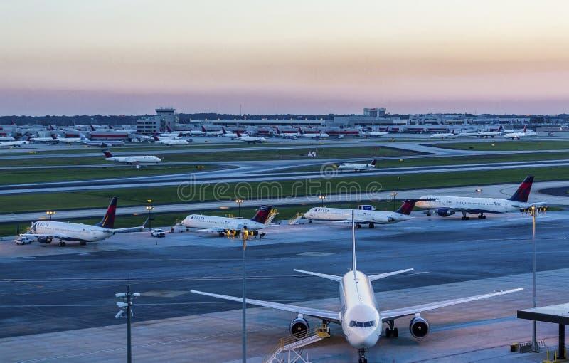 Aeroporto di tramonto fotografia stock