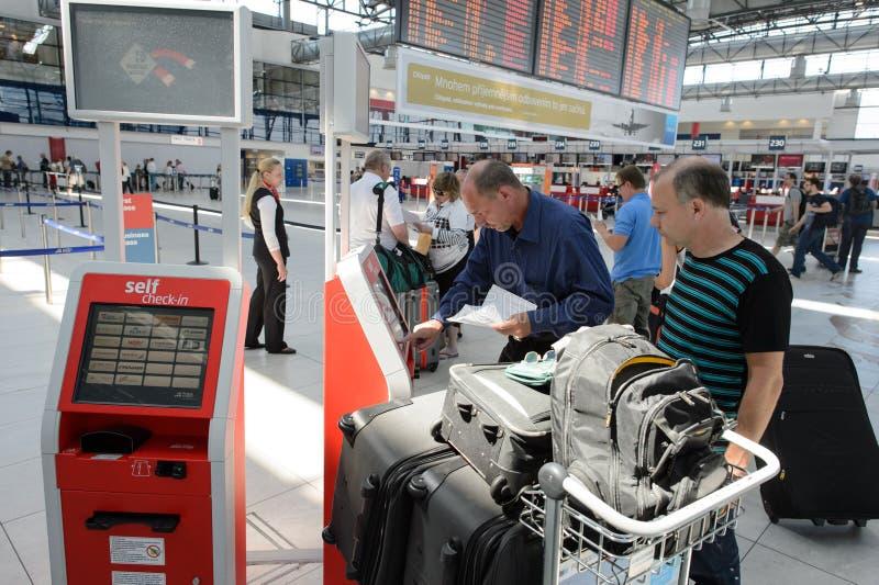 Aeroporto do interior de Praga fotografia de stock