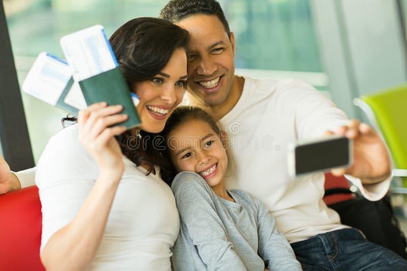 Aeroporto do selfie da família foto de stock