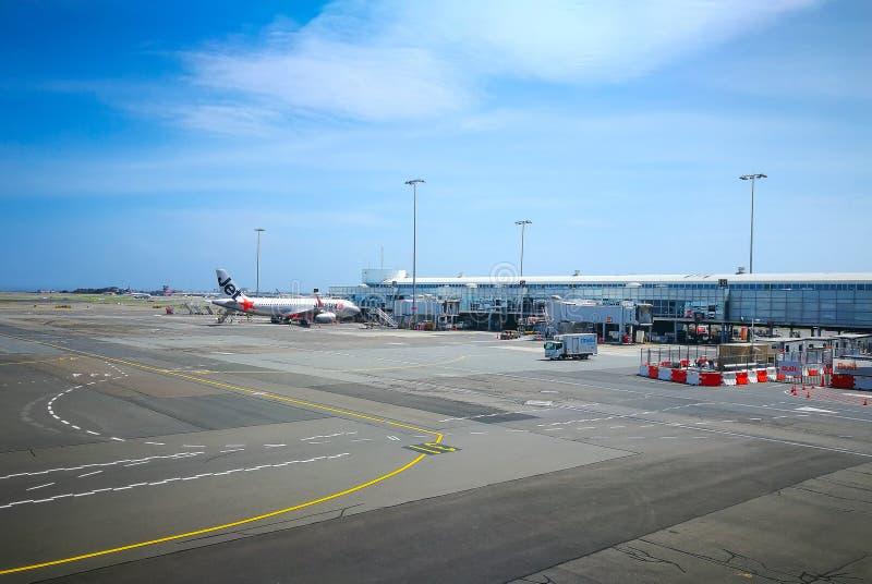 Aeroporto doméstico do smith de Kingsford, a mostra da imagem uma maneira corrida no dia da luz do sol fotografia de stock royalty free