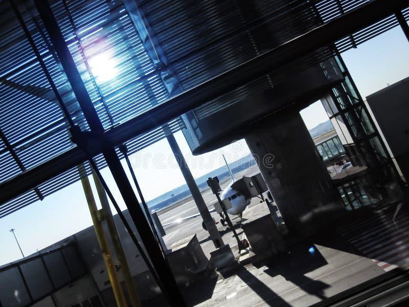 Aeroporto fora da cena da janela, esperando o voo fotografia de stock
