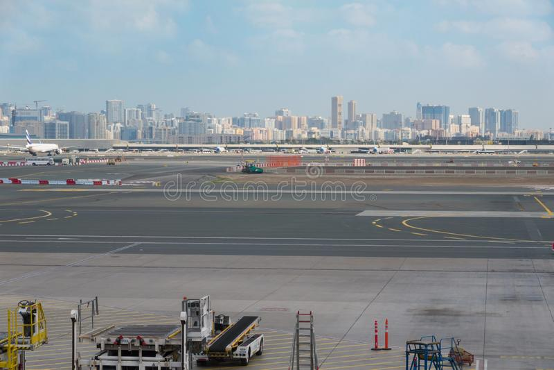 Aeroporto fora da cena da janela, esperando o voo foto de stock royalty free