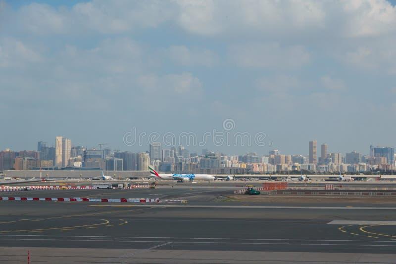 Aeroporto fora da cena da janela, esperando o voo fotografia de stock royalty free