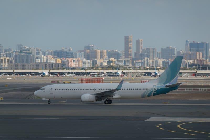 Aeroporto fora da cena da janela, esperando o voo imagem de stock