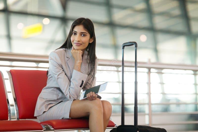 Aeroporto indiano della donna di affari immagini stock libere da diritti