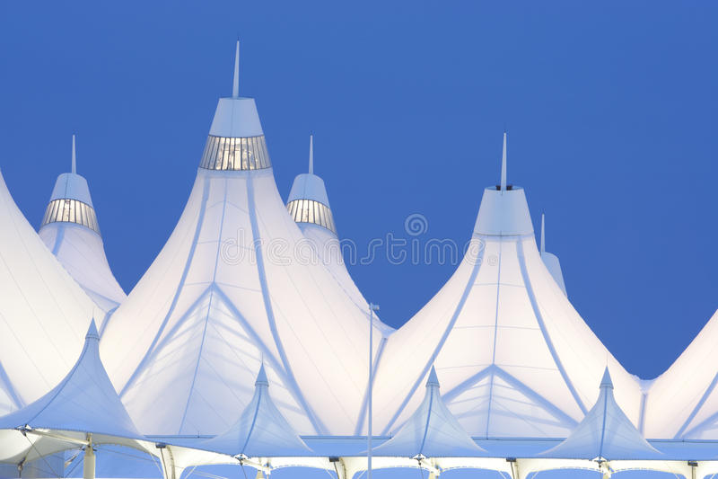 Aeroporto internacional de Denver no crepúsculo imagem de stock royalty free