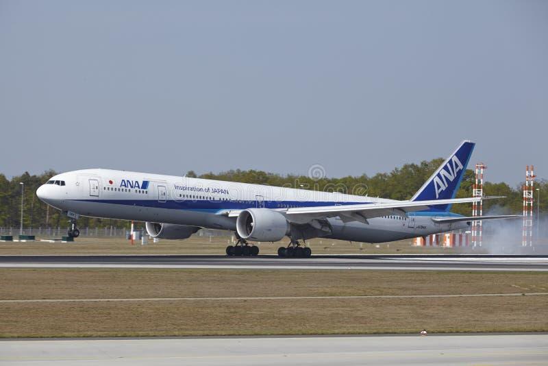 Aeroporto internacional de Francoforte - Boeing 777 de All Nippon Airways aterra fotografia de stock royalty free