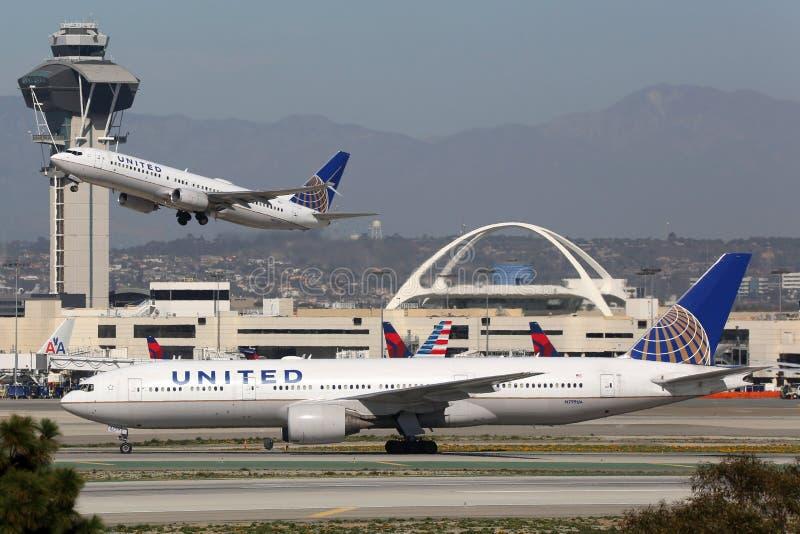 Aeroporto internacional de Los Angeles dos aviões de United Airlines fotos de stock royalty free