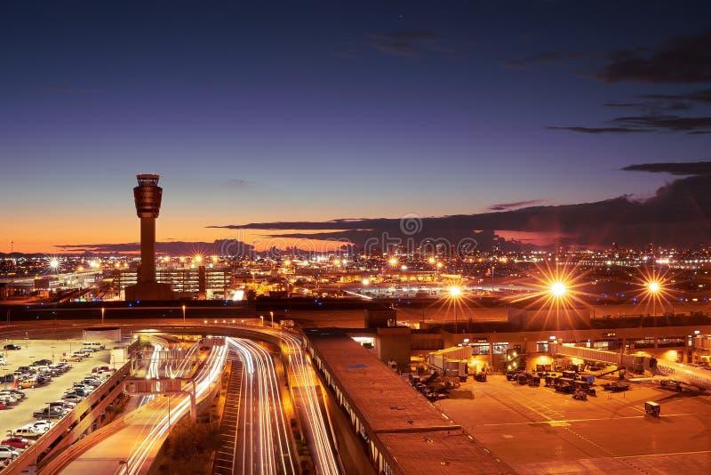 Aeroporto internacional do porto do céu de Phoenix na noite fotos de stock royalty free