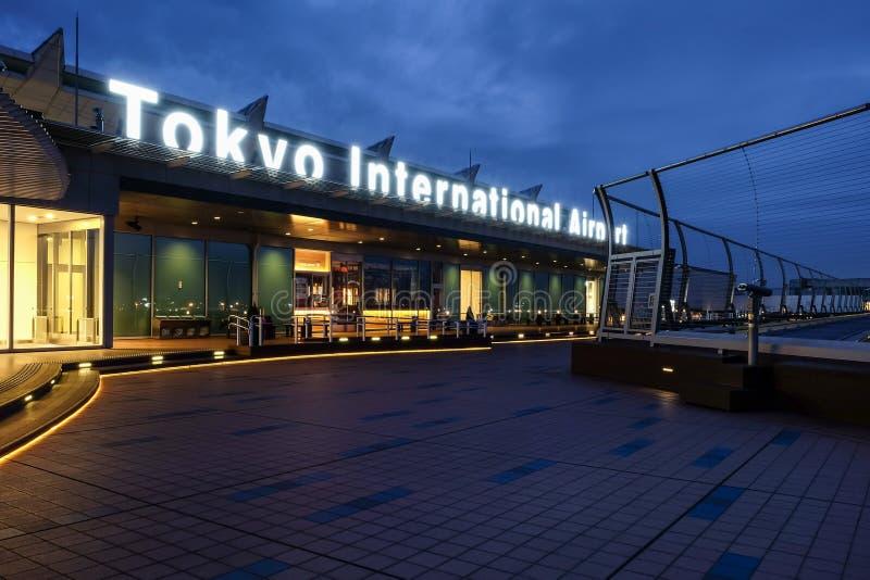 Aeroporto internacional do Tóquio no tempo de manhã imagens de stock