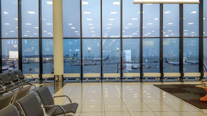 Aeroporto internacional fora da cena da janela, esperando o voo, nenhuns povos fotografia de stock royalty free