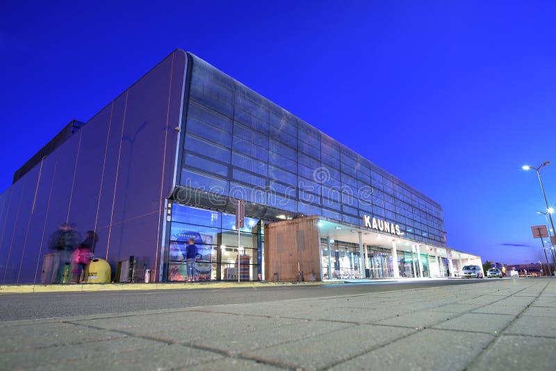 Aeroporto internazionale alla notte, Lituania di Kaunas fotografie stock libere da diritti